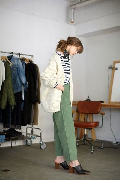 What to Wear With Green Pants: 32 Modern Outfit Ideas 17