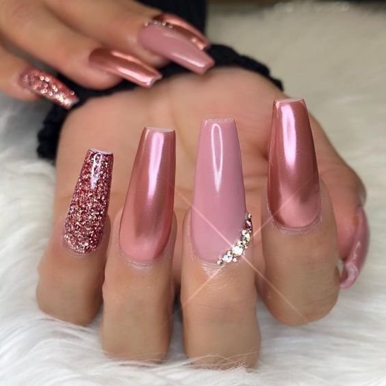 30 Effortlessly Chic Rose Gold Nails to Spruce Up Your Looks 17