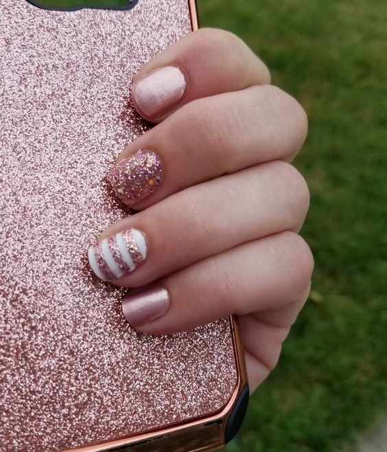 30 Effortlessly Chic Rose Gold Nails to Spruce Up Your Looks 25