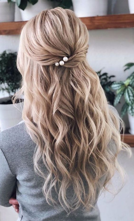 30 Unforgettable Homecoming Hairstyles for Your Special Night 4