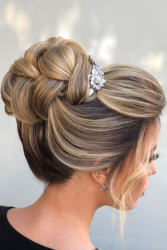 30 Unforgettable Homecoming Hairstyles for Your Special Night 9