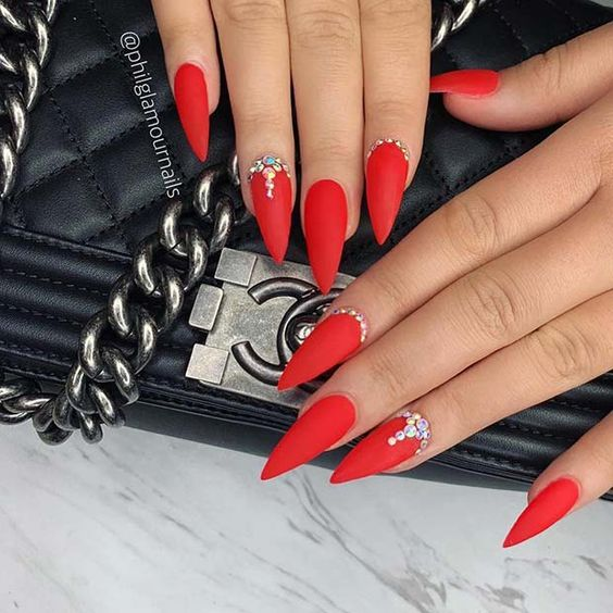 30 Amazing Stiletto Nail Designs for A Dramatic Look 23